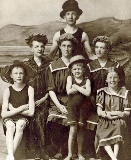 Traje Baño Hombre Antiguo:Los trajes de baño eran del cuello hasta las rodillas